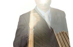 Doppelbelichtung des Geschäftsmannes mit Stadtbild, modernes Glas-Busi lizenzfreie stockfotos