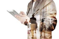 Doppelbelichtung des Geschäftsmannes und des Flughafenabfertigungsgebäudes mit Leuten lizenzfreie stockfotos