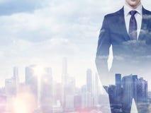 Doppelbelichtung des Geschäftsmannes und der Stadt Lizenzfreies Stockfoto