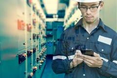 Doppelbelichtung des Ingenieur- oder Technikermannes, der intelligentes Telefon verwendet lizenzfreies stockbild