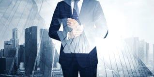 Doppelbelichtung des jungen Geschäftsmannes in stockfotografie