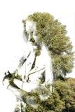 Doppelbelichtung des jungen schönen Mädchens unter den Blättern und den Bäumen Porträt attraktiver Dame kombinierte mit Fotografi vektor abbildung