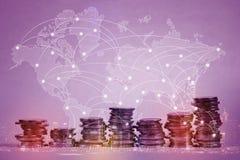 Doppelbelichtung des Münzenstapels mit Stadthintergrund und -Weltkarte Lizenzfreies Stockfoto