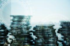 Doppelbelichtung des Münzenstapels mit Stadthintergrund und -Weltkarte Lizenzfreie Stockfotos