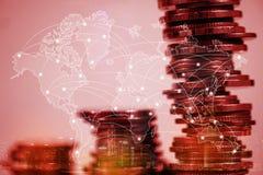 Doppelbelichtung des Münzenstapels mit Stadthintergrund und -Weltkarte Stockfotografie