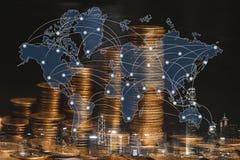 Doppelbelichtung des Münzenstapels mit Stadthintergrund und -Weltkarte Stockfotos