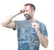 Doppelbelichtung des Mannes mit Kopfschmerzen und cityview lizenzfreie stockfotografie