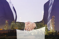 Doppelbelichtung des Rüttelns der Hand zwischen Geschäftsmann und Geschäft lizenzfreie stockfotos