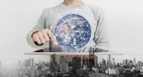Doppelbelichtung, ein Mann, der auf digitaler Tablette verwenden und vergrößerte Wirklichkeitstechnologie Element dieses Bildes w stockbilder