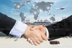 Doppelbelichtung eines Geschäftsmannhändedrucks mit globalem Teil der Karte Stockfotografie