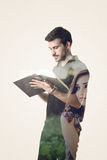 Doppelbelichtung eines Mannes, der ein Buch und ein Mädchen herbeisehnen h liest Lizenzfreie Stockfotos
