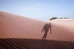 Doppelbelichtung eines Mannes in der Wüste stockbild