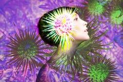 Doppelbelichtung gemacht mit junger nackter Schönheit mit gesunden Haut- und Frühlingsblumen stockfotos