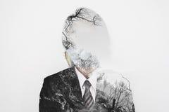 Doppelbelichtung, Geschäftsmann, der giftige Schutzmaske mit toter Baumumwelt tragen, Konzept der Verschmutzung und globale Erwär lizenzfreies stockbild