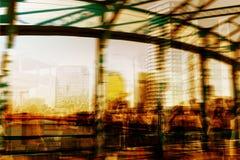 Doppelbelichtung, Leute an der Hauptverkehrszeit gehend auf die Straße in der Stadt Lizenzfreie Stockfotografie