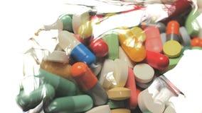 Doppelbelichtung: Pillen und Flüssigkeit stock video