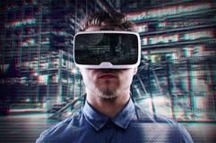 Doppelbelichtung, tragende Schutzbrillen der virtuellen Realität des Mannes, Nachtstadt Stockbild