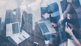 Doppelbelichtung von den jungen Mitarbeitern, die zusammen an neuem Startprojekt im modernen Büro arbeiten r Lizenzfreies Stockfoto