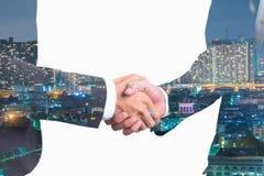 Doppelbelichtung von Geschäftsleuten Händedruck auf Kraftwerk stockfoto