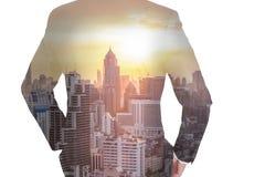 Doppelbelichtung von Geschäftsmann Rückseite, nach vorn schauend, Stadtbild a vektor abbildung