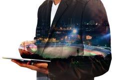 Doppelbelichtung von Geschäftsmanngebrauch Digital-Tablet mit Sport Sta stockfoto