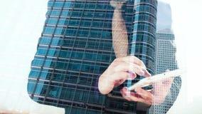 Doppelbelichtungs-London-Bürogebäude und -geschäftsmann mit Tablette stock video