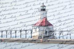 Doppelbelichtungs-St- Josephnordpierleuchtturm entlang Küstenlinie des Michigansees mit altem Schreibenshintergrund lizenzfreie stockfotografie