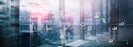 Doppelbelichtungsgemischte medien Diagramme und Ikonen auf Hologrammschirm Geschäftsleute und moderne Stadt auf Hintergrund lizenzfreie stockfotos