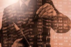 Doppelbelichtungsgeschäftsmann und Börse oder Devisen stellen Klage grafisch dar Stockbild