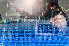 Doppelbelichtungsgeschäftsmann und Börse oder Devisen stellen Klage grafisch dar Stockfotografie