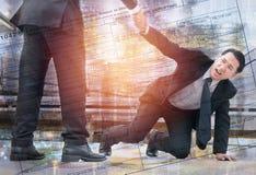 Doppelbelichtungsreicherhände, die heraus erreichen, um zu helfen Lizenzfreies Stockfoto