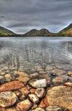 Doppelberge durch den See Lizenzfreies Stockfoto