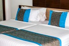 Doppelbett, das Kissen im Hotel in Thailand verziert lizenzfreies stockbild
