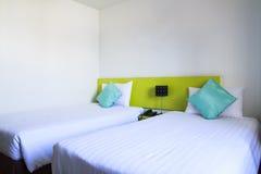 Doppelbett in einem Hotelschlafzimmer Lizenzfreie Stockbilder