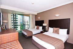 Doppelbett-Hotelzimmer lizenzfreies stockbild