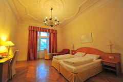 Doppelbett-Hotelzimmerinnenraum Stockfotografie