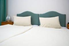 Doppelbett im Hotelzimmer Stockfotos