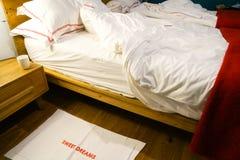 Doppelbett zurückgezogen mit gekräuselten intidy Blättern stockfotografie