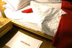 Doppelbett zurückgezogen mit gekräuselten intidy Blättern lizenzfreies stockfoto