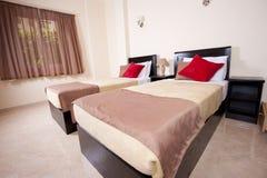 Doppelbetten in einem Schlafzimmer Lizenzfreies Stockfoto