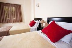 Doppelbetten in einem Schlafzimmer Stockfotos