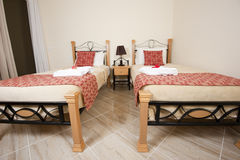 Doppelbetten in einem Schlafzimmer Stockbild