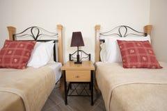 Doppelbetten in einem Schlafzimmer Lizenzfreie Stockbilder