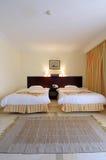 Doppelbetten im luxuriösen Raum Lizenzfreie Stockfotos