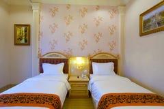 Doppelbetthotelzimmer Lizenzfreies Stockfoto
