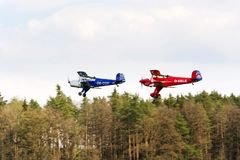Doppeldecker Bucker Bu-131 Jungmann produzierten unter Lizenz als Tatra T-131 PA, das über Wald fliegt lizenzfreies stockfoto