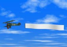 Doppeldecker, der Fahne auf Himmel-Hintergrund zieht Stockbilder