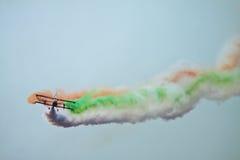 Doppeldecker, der heraus indische Flagge im blauen Himmel raucht Lizenzfreies Stockbild