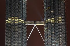 Doppeldecker skybridge, das Petronas-Twin Tower anschließt Lizenzfreie Stockfotografie