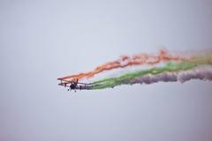 Doppeldeckerfliegen bei Aero Indien lizenzfreie stockfotografie
